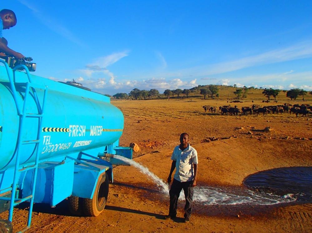 Er fährt täglich viele Stunden um wilden Tieren Wasser zu bringen