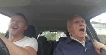 Alzheimer erkrankter Mann singt Karaoke | Bild: Youtube