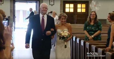 Der Mann, der das Spenderherz ihres verstorbenen Vaters erhielt, führte Jeni zum Altar | Quelle: YouTube/ABC News