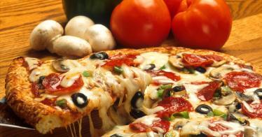 Ein Pizzabäcker spendiert Obdachlosen Gratis-Pizza (Video)