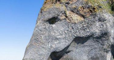 Quelle: https://commons.wikimedia.org/wiki/File:Roca_del_elefante,_Heimaey,_Islas_Vestman,_Su%C3%B0urland,_Islandia,_2014-08-17,_DD_036.JPG