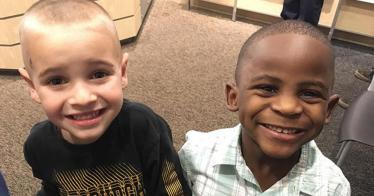 Damit ihre Lehrerin die beiden 5-Jährigen Freunde nicht unterscheiden kann, tragen sie den gleichen Haarschnitt