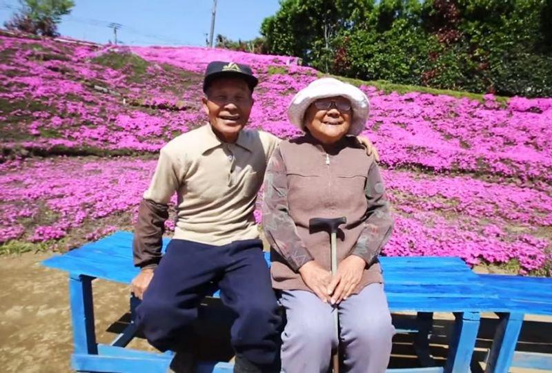 Mann pflanzt Blumen für blinde Frau   Quelle: https://www.youtube.com/watch?v=aVXpBqj67BY
