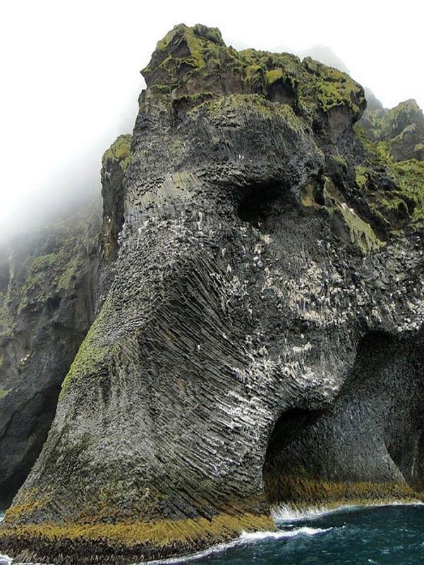 Quelle: http://shaefierce.tumblr.com/post/74221932358/elephant-rock-heimaey-iceland