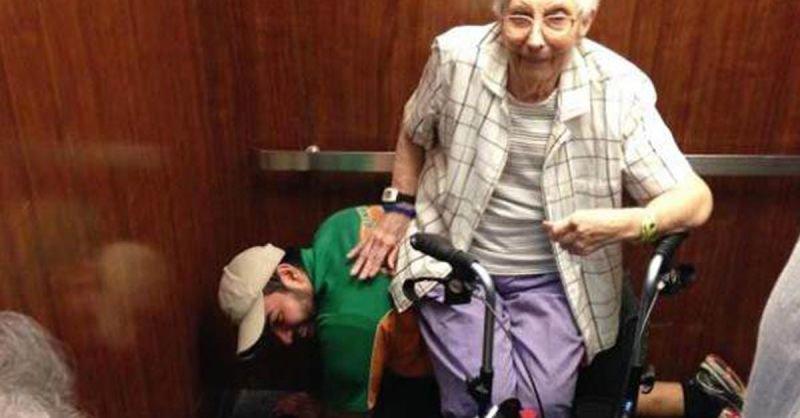 Mann dient älteren Frau als Sitzgelegenheit | Quelle: Epic Dash