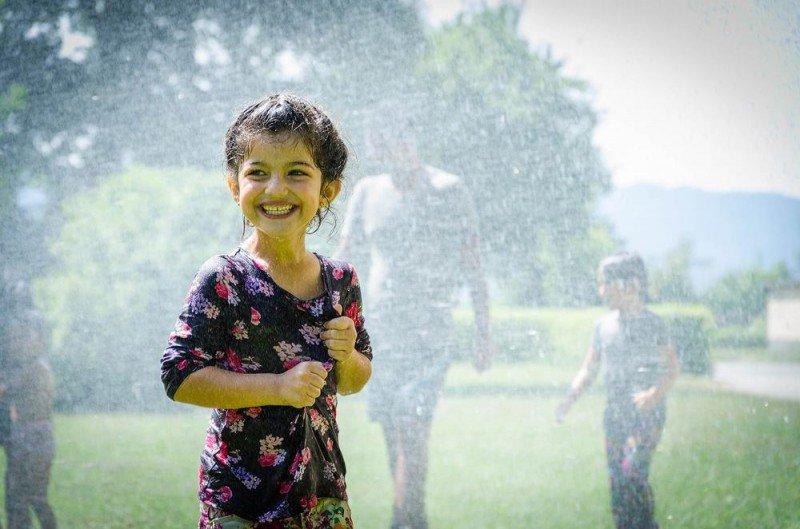 Feuerwehr macht Flüchtlinge mit Wasserspaß glücklich
